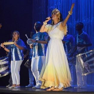 Bateria da Portela brilha em espetáculo sobre Clara Nunes