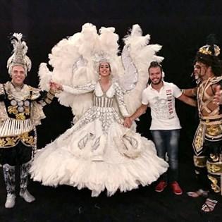 Marisa Monte posa com fantasia de Vilma Nascimento para divulgar nova turnê dos Tribalistas