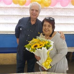 Rosa Magalhães ganha festa de aniversário surpresa no barracão da Portela
