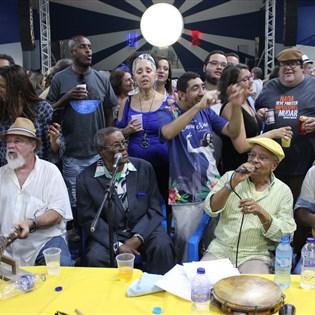 Sambistas comemoram sucesso da roda do Candongueiro na Portela